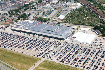 In 1999, the Pforzheim event reaches its capacity with 142 exhibitors and 8,400 visitors. With the move to Freiburg, the exhibition changes its name to Intersolar and establishes itself as the largest exhibition for solar technology in Europe.